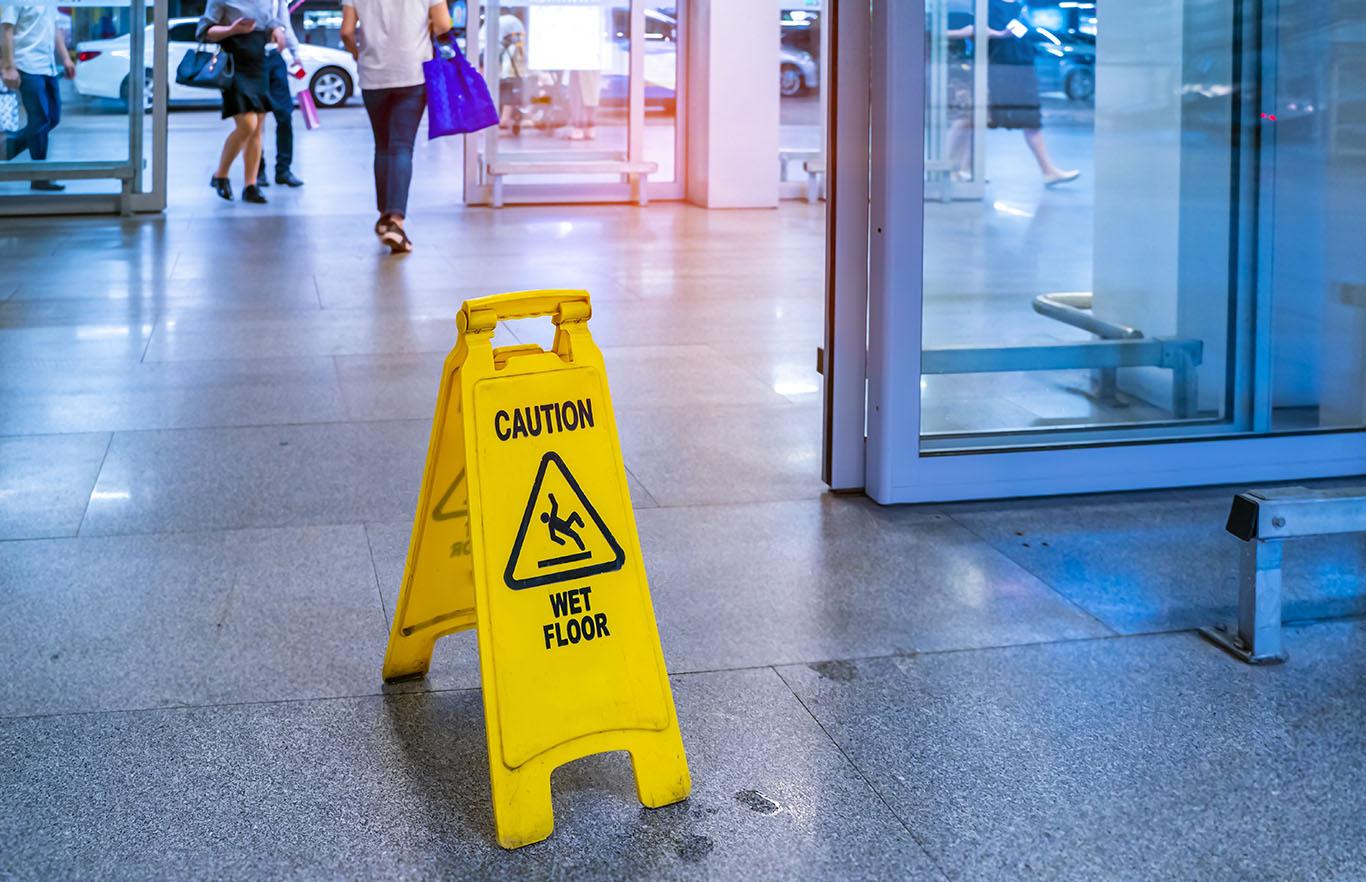 ¿Cuál es la diferencia entre resbalones y caídas y responsabilidad del recinto?